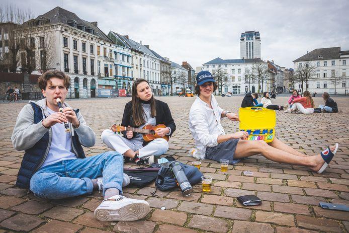 """Deze studenten protesteerden al op de dag dat het muziekverbod werd ingevoerd. """"Geen elektronisch versterkte muziek? Dan maken we zélf wel muziek"""",  zeggen Gauthier Bouciqué (met pet) Kiana Deman en Arthur Bauwens."""