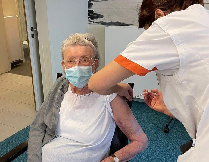 Maria Helsen (99) kreeg als één van de eersten in WZC Paradijs een coronavaccin toegediend.