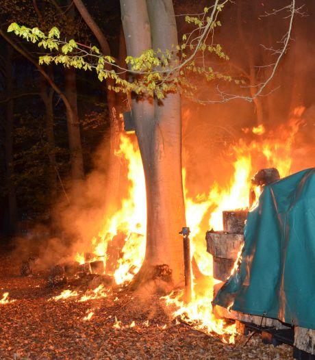 Brandweer blust tweemaal in korte tijd bosbrand aan Dennendijk in Zutphen, politie gaat uit van brandstichting