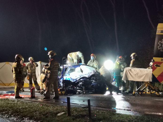 De brandweer druk bezig met de bevrijding van een slachtoffer uit zijn auto.