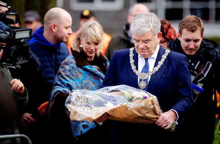 Burgermeester Jan van Zanen legt bloemen op het 24 Oktoberplein. Beeld anp