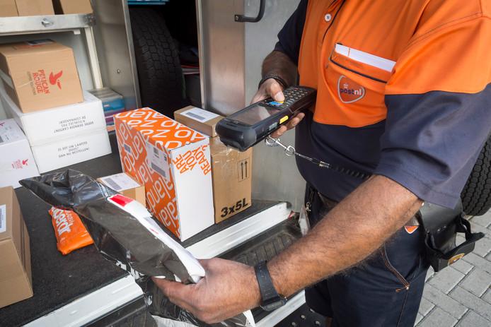 Bezorging van pakketten post bij PostNL. ANP LEX VAN LIESHOUT
