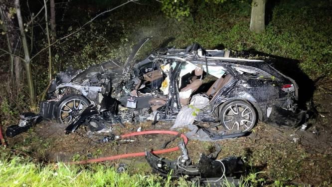 Bestuurder (45) sterft bij zwaar ongeval op E40 in Loppem, voorbijgangers redden z'n 19-jarige zoon uit brandend wrak
