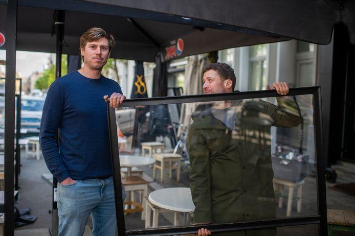 Zaakvoerders Raphael Helsmoortel en Serge Frank investeerden 6.000 euro in dertig plexischermen.