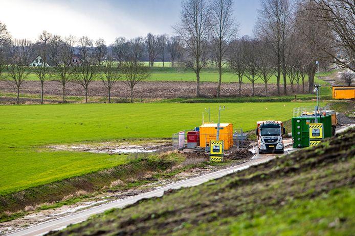 De plek waar de V1 ligt in beeld. De V1 ligt ongeveer anderhalve meter onder de grond en de plek is afgezet met een bouwcontainer.
