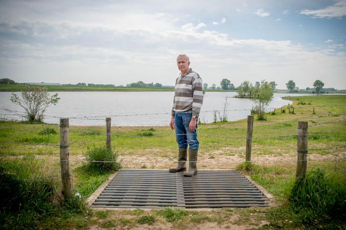 Boer Herman Jansen bij het door hem geblokkeerde wildrooster.