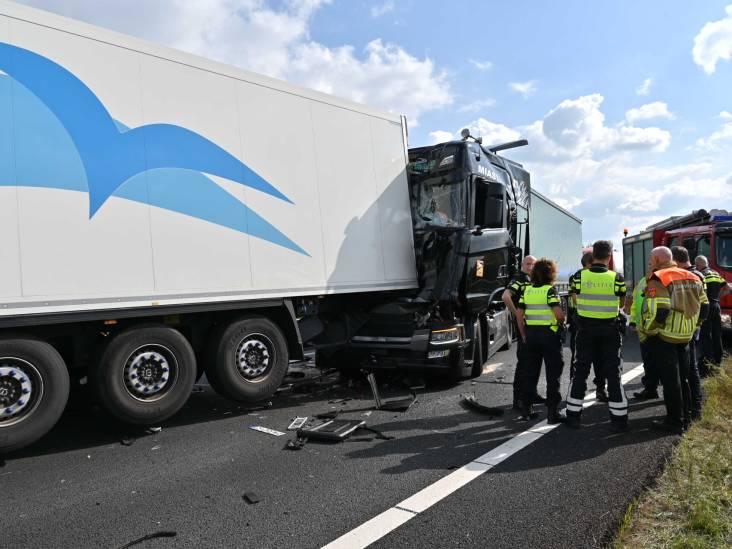 Ongeluk met meerdere vrachtwagens op A16 bij Breda, anderhalf uur vertraging op A4