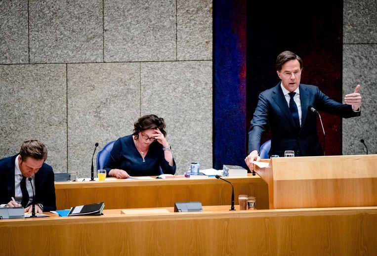 Demissionair minister Tamara van Ark voor Medische Zorg (midden) tijdens het coronadebat van donderdag. Beeld Bart Maat / ANP