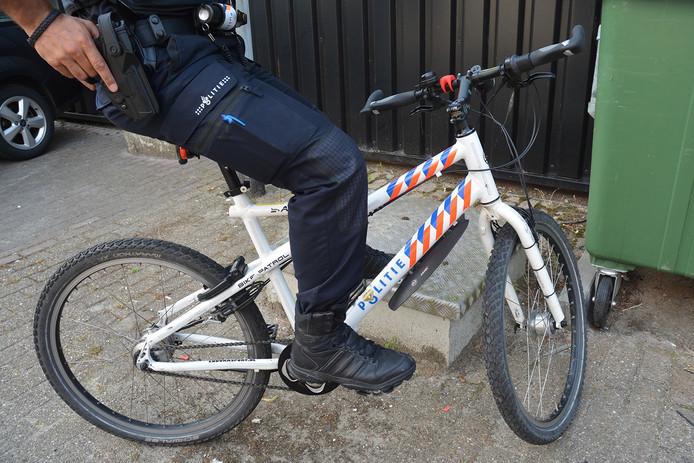 Tijdens een dienst pakken agent graag de fiets. Maar ermee naar het werk gaan is nog wel een dingetje...