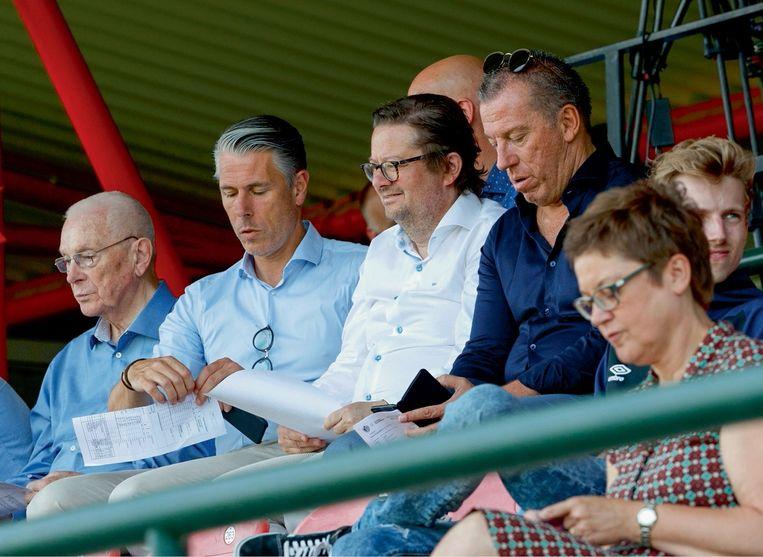 Michaël Verschueren, met links vader Michel en rechts Marc Coucke en Luc Devroe. 'Het is niet omdat ik Marc mag zeggen in plaats van meneer Coucke dat hij een vriend van de familie is.' Beeld Belgaimage