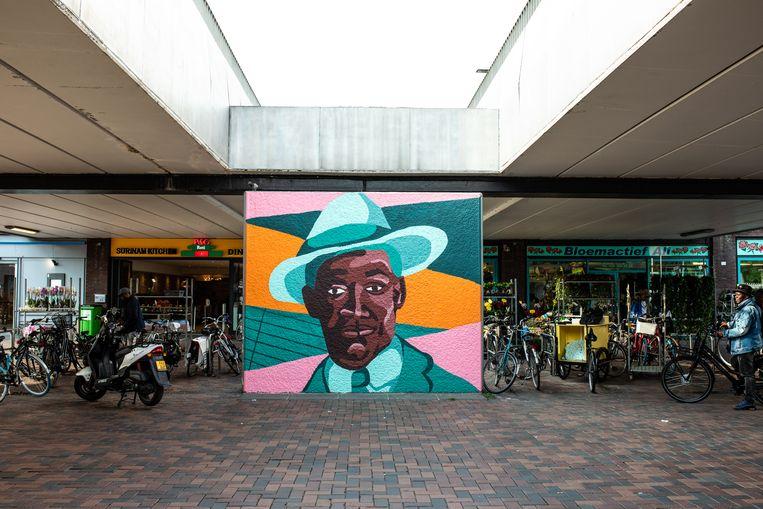 De muurschildering van Anton de Kom op het naar hem vernoemde plein. Beeld Nosh Neneh
