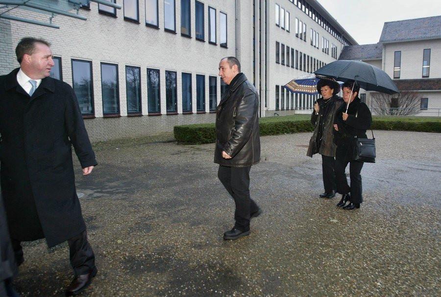 De dochter (rechts) van het vermoorde echtpaar Zwakhalen en moeder van de 9-jarige Audrey komt in 2004 samen met een schoonzus en een zwager van de slachtoffers en hun raadsman, mr. Stassen (links) aan bij de rechtbank in Maastricht.