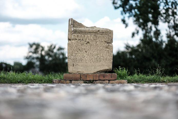 De replica van de grafsteen van Marcus Mallius op de dijk bij Herwen.