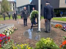 Slechts handvol mensen ziet burgemeester in Tilburg herdenkingskrans leggen