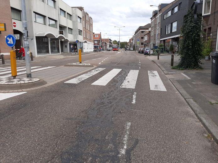 Geldropseweg in Eindhoven; het wegdek is slecht, de asfaltvlakte is aan vergroening toe. De herinrichting start half maart.