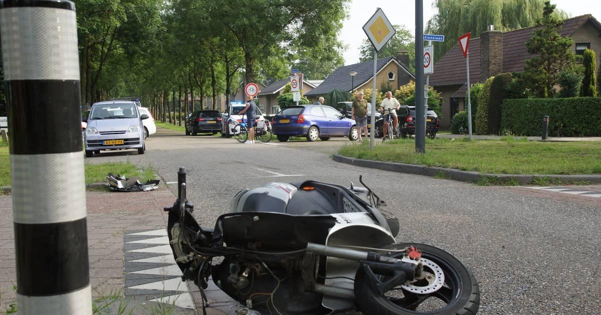 Scooterrijder gewond bij botsing met auto in Waspik.