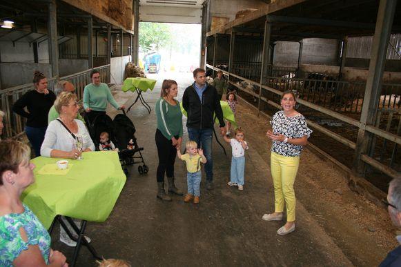 Ann Dieleman geeft tekst en uitleg aan de bezoekers op haar boerderij.