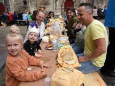 Een lint van duizend ontbijters rondom de Grote Kerk in Dordrecht