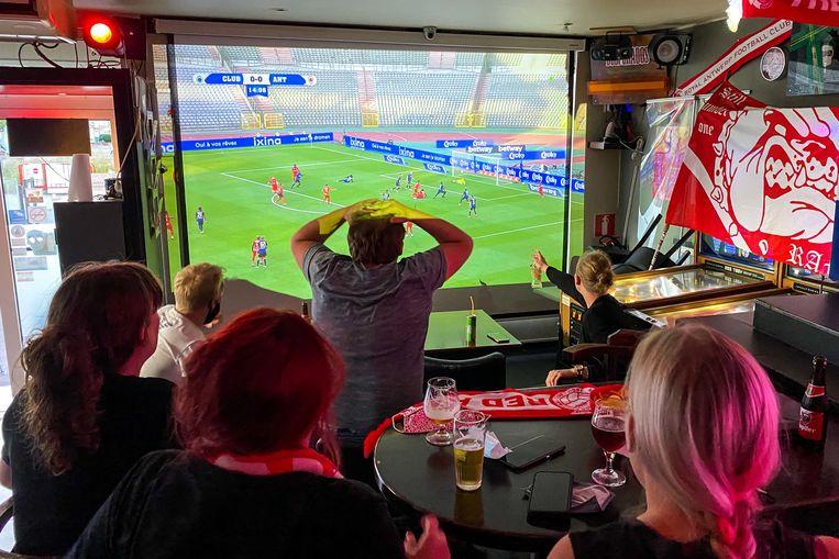De fans volgen de de bekerfinale op groot scherm in café Daniel's.