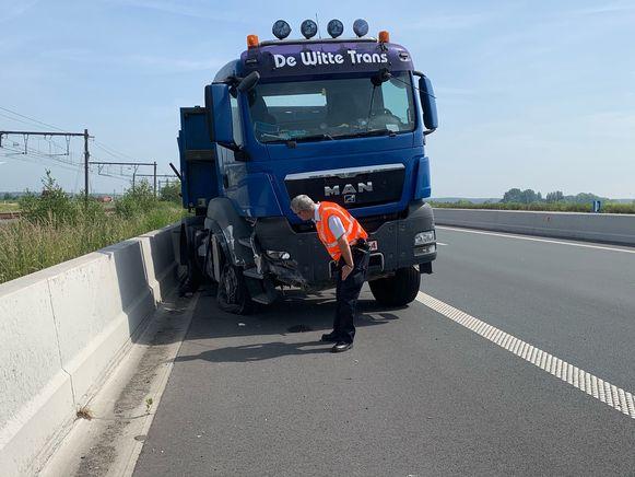 De vrachtwagen kreeg een klapband langs de A11
