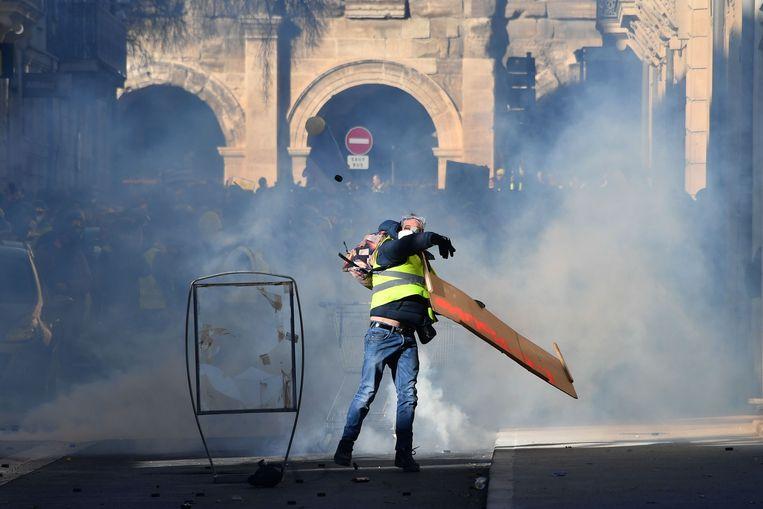 Bij de protesten in Nîmes werd traangas ingezet. Beeld AFP
