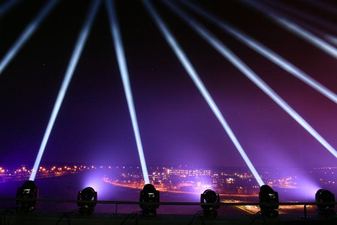 Tientallen lichtspots op het dak van het Van der Valk hotel. Ze stralen richting het Elisabeth Ziekenhuis.