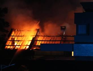 Blikseminslag veroorzaakt uitslaande brand in woning: bewoner probeert vlammen nog te blussen met tuinslang