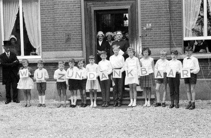 Berghemse kinderen voor de pastorie. Foto Daan Scholte/collectie Stadsarchief Oss