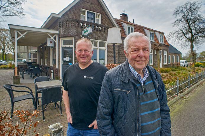 Vader Hennie en zoon Ton van Brakel voor café Den Handwijzer.
