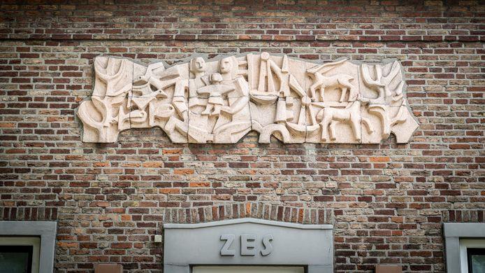 Het reliëf Mens Recht Natuur op Het Frans Brugske 6 maakte Jan van Gemert in 1957 in witte chamotte voor het toenmalige politiebureau. Later vestigde zich hier een dierenartsenpraktijk en nu is het in gebruik als woonhuis.