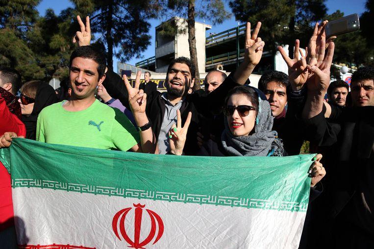 Iraniërs wachtten Zarif op bij terugkeer in Teheran na de onderhandelingen. Beeld ap