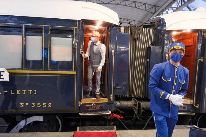 De Orient Express hield dinsdag ook even halt in Brussel-Zuid. Een passagier met mondmasker komt een luchtje scheppen.