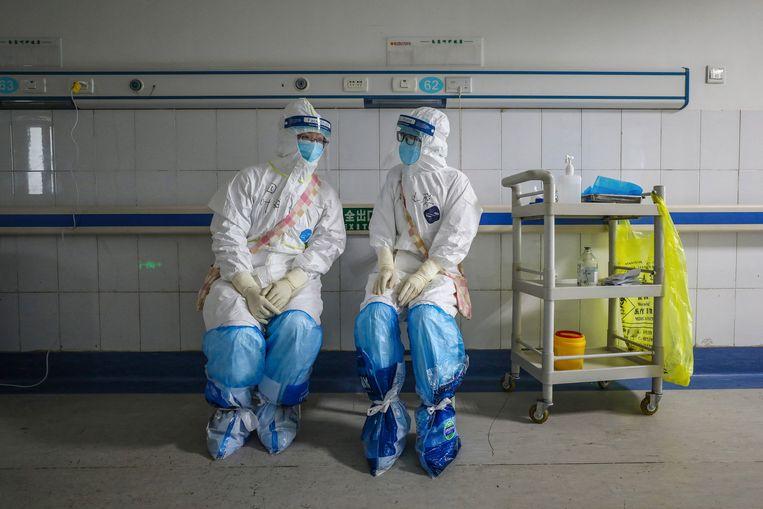 Twee laboratoriummedewerkers in de Chinese provincie Wuhan.  Beeld Hollandse Hoogte / AFP