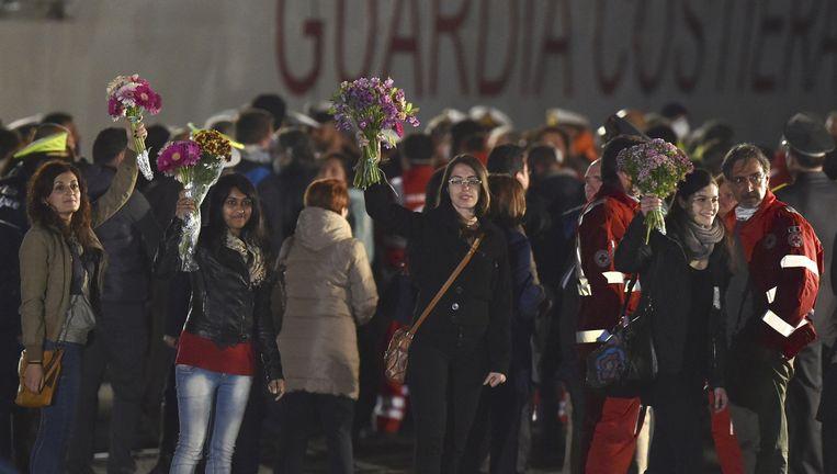 April 2015, in het Siciliaanse Catania krijgen vluchtelingen een warm onthaal. Beeld ap