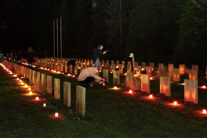 Op elk oorlogsgraf van begraafplaats Rusthof brandde op Kerstavond een kaarsje. Binnenkort kan er in de avonduren een theatrale audiotour worden gemaakt.