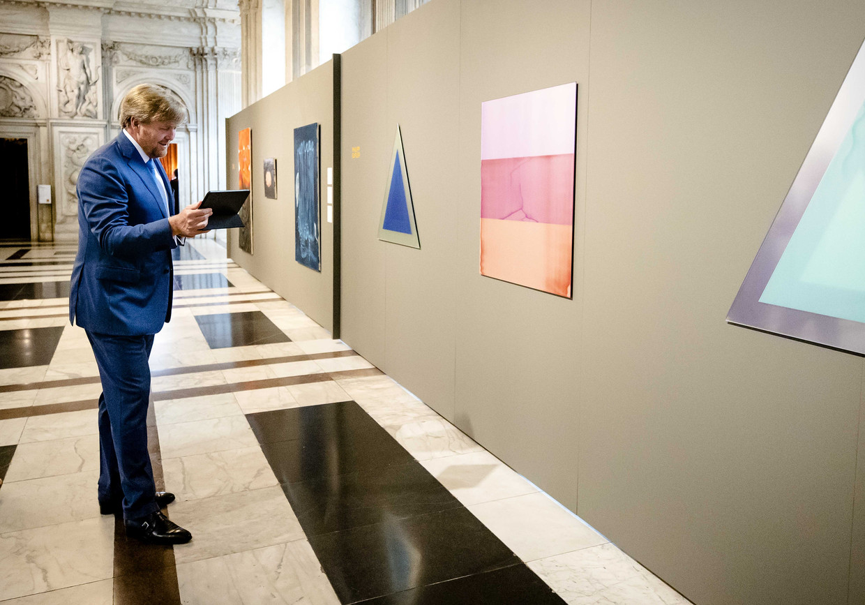 Koning Willem-Alexander is via een iPad in gesprek met Philipp Gufler, een van de winnaars van de Koninklijke Prijs. Hij kon niet persoonlijk aanwezig zijn. Beeld Sem van der Wal / ANP