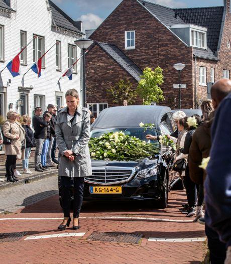 Honderden witte rozen bij afscheid DUNO-jeugdtrainer Mark de Lange