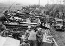 Terneuzen, 26 oktober 1944. Inladen van amfibievoertuigen voor de oversteek naar Ellewoutsdijk, de 52nd Lowland Division en 7th Battalion The Cameronians (Scottish Rifles). Fotograaf onbekend, herkomst New York Times, collectie foto's, ZB Beeldbank Zeeland 32518