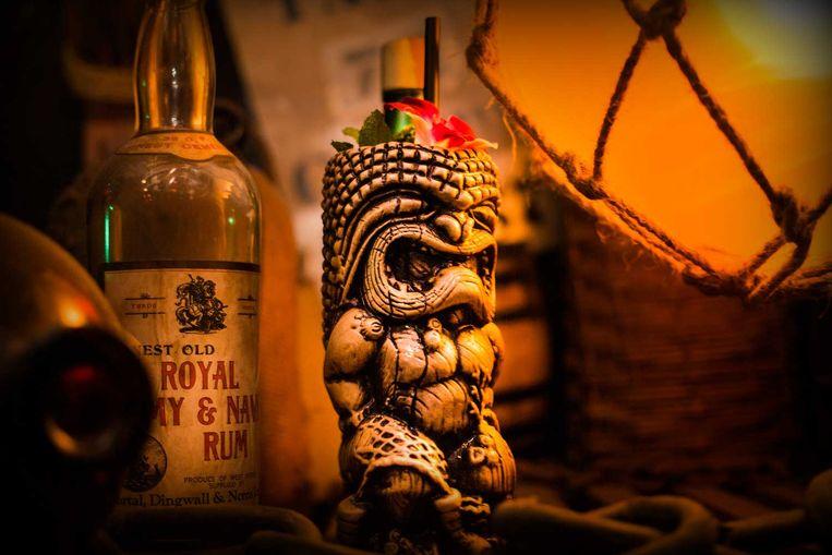 Smuggler's Cove in San Francisco heeft 600 rumsoorten op voorraad en 75 cocktails op de kaart. Van deze 'The Expedition' krijgt u voor een kleine meerkost u de unieke tiki-mug mee naar huis. Beeld RV/Allison Webber
