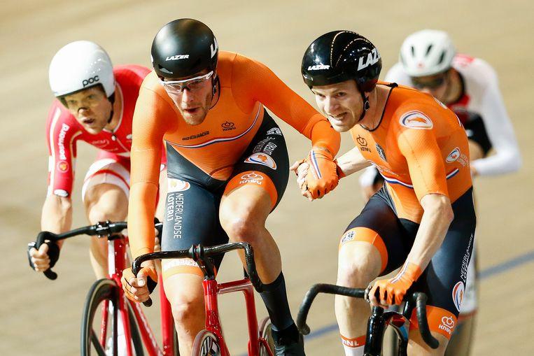 Jan Willem van Schip (l) en Yoeri Havik in de finale koppelkoers tijdens de Europese Kampioenschappen baanwielrennen in Omnisport.  Beeld Hollandse Hoogte /  ANP