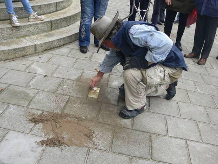 Kunstenaar Gunter Demnig plaatste de struikelstenen. Beeld Privéfoto