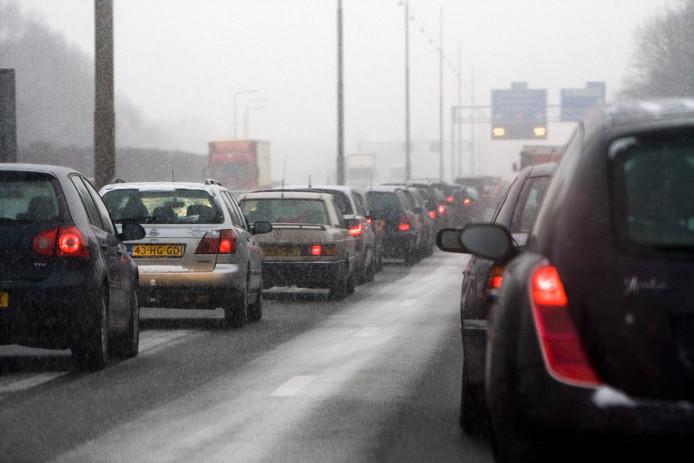 Langzaam rijdend verkeer op de A1. In het hele land is kans op gladheid