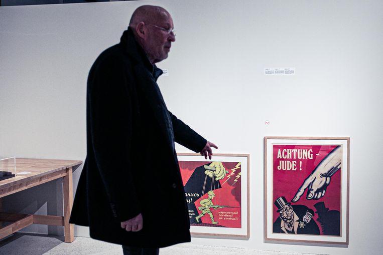 Arthur Langerman en zijn collectie antisemitische posters in Kazerne Dossin. Beeld Bas Bogaerts