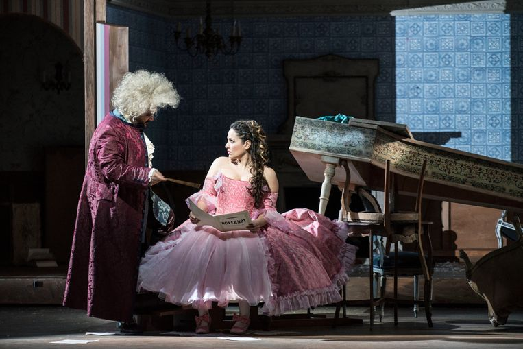 Rosina (Nino Machaidze) krijgt muziekles van graaf Almaviva (René Barbera). Beeld Marco Borggreve