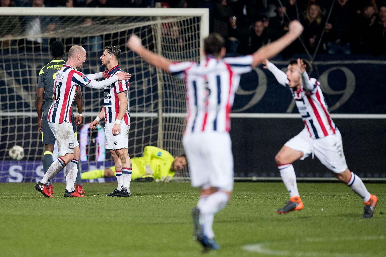 Elmo Lieftink (links) knuffelt Willem II-spits Fran Sol na een van zijn goals tegen PSV.