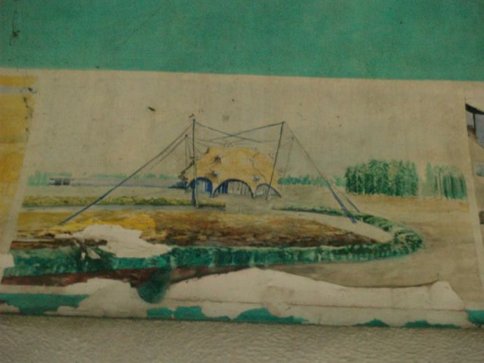 Fragment uit de plafondschilderingen van Christina Assmann in een van de wachthuisjes op het viaduct over de Cattepoelseweg.