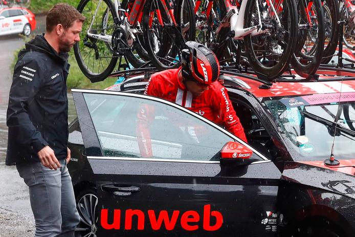 Dumoulin stapt bij Elijzen in de ploegleiderswagen.