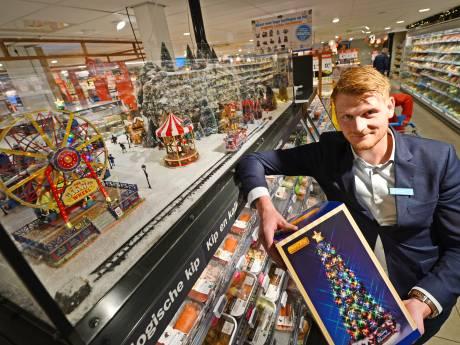 Twentse supermarktbaas Tim brengt Amerikaanse kerstdorpjes naar de klanten, maar er is één probleem: de container staat muurvast in Rotterdam