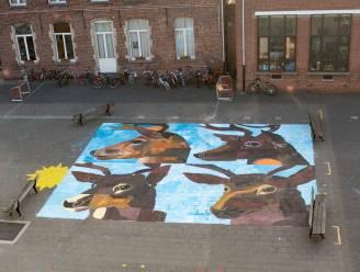 Kinderen zetten groot kunstwerk op speelplaats: schilderij van 81 m² als antwoord op uitdaging van SMAK