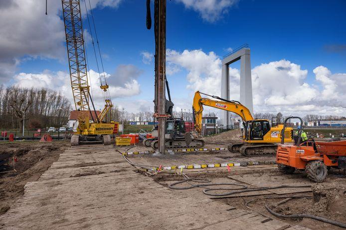 Waterschap Brabantse Delta is naast de sluis Roode Vaart bij Moerdijk begonnen met de bouw van een zoetwaterinlaat.
